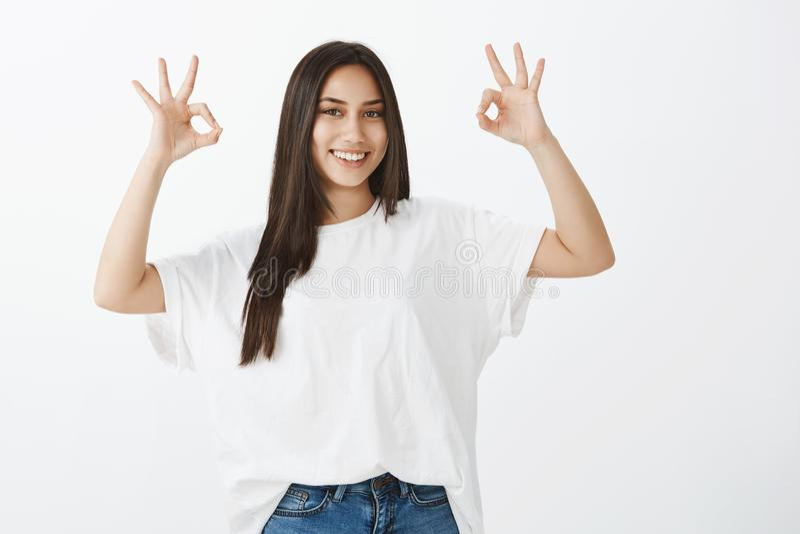 Eu obtive tudo sob o controle Portarit da amiga bronzeada atrativa feliz no equipamento à moda, levantando as mãos com imagens de stock