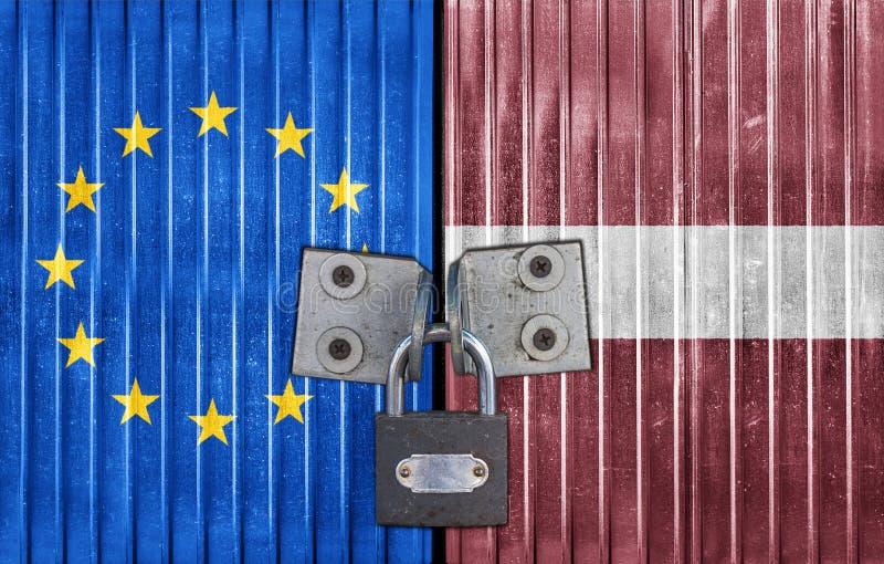 EU och Lettland sjunker på dörr med hänglåset royaltyfria foton
