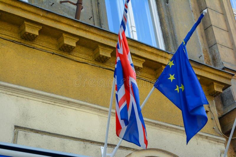 EU- och UK-flaggaförening tillsammans Flaggor för europeisk union och Förenade kungariket bredvid de fotografering för bildbyråer