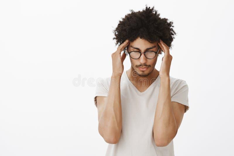 Eu preciso o concentrado O moderno masculino latino-americano considerável intenso com corte de cabelo afro e o bigode nos vidros fotos de stock