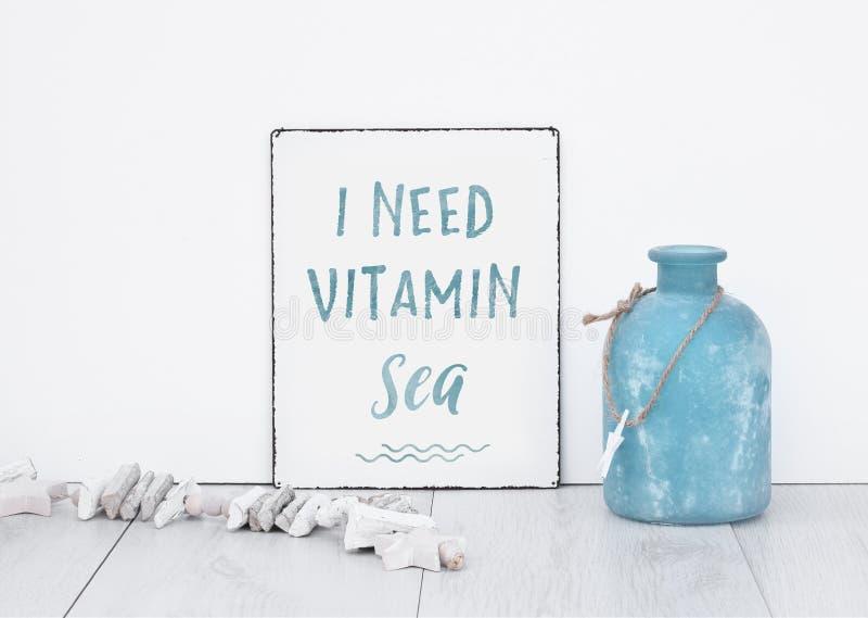 Eu preciso o mar C da vitamina com placa azul da bandeira do texto da decoração em w foto de stock royalty free