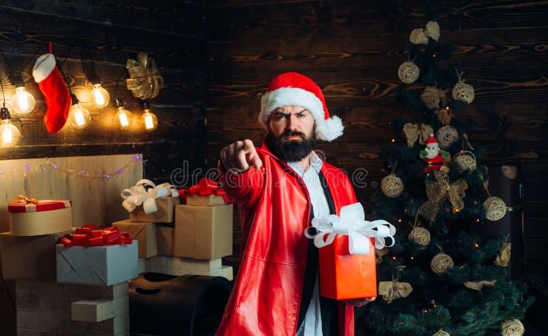 Eu quero dar-lhe seu presente de Natal Papai Noel no revestimento vermelho moderno Árvore de Natal no fundo de madeira da casa foto de stock