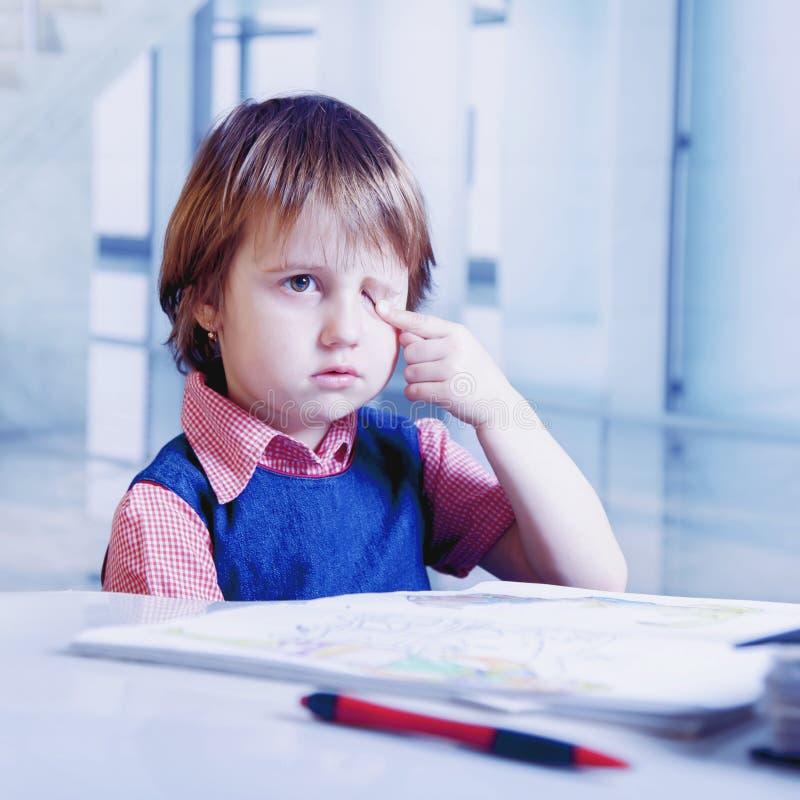Eu quero dormir Menina nova da crian?a do neg?cio cansado do trabalho de escrit?rio com documentos Sal?rio baixo, hor?rios labora imagens de stock