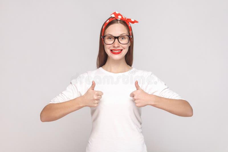 Eu sou satisfeito, os polegares acima retrato de jovens emocionais bonitos foto de stock