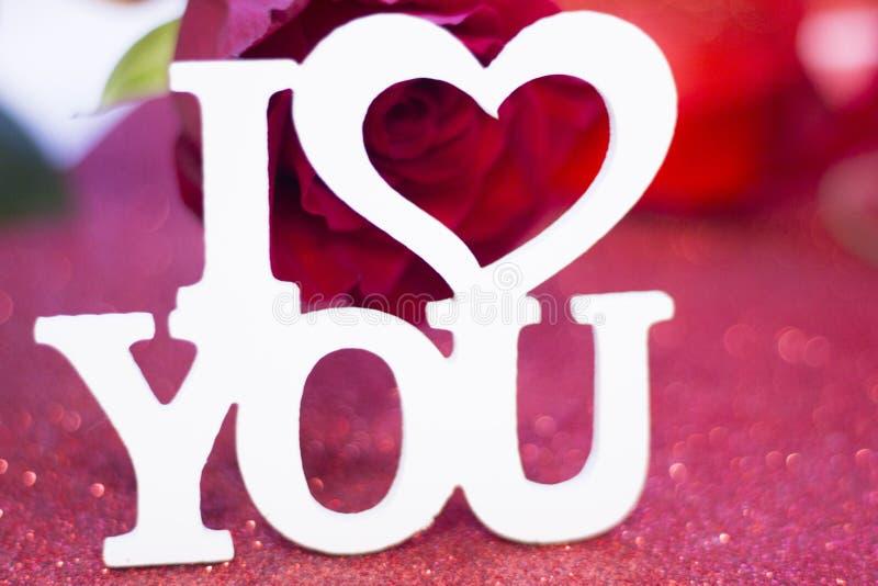 Eu te amo inscrição com rosa do vermelho fotografia de stock royalty free