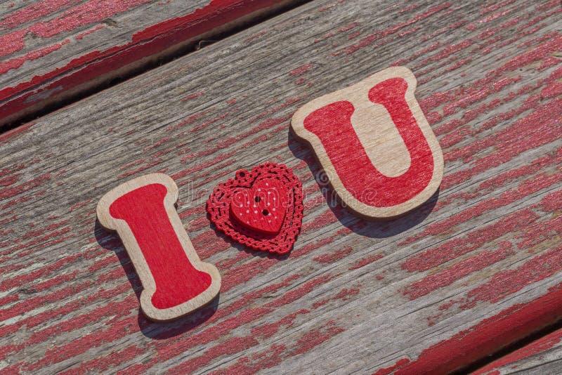 Eu te amo mensagem na placa de madeira imagem de stock