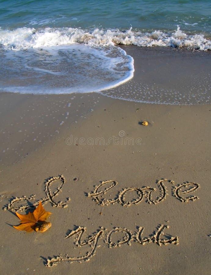 Eu te amo, texto escrito em uma praia fotos de stock