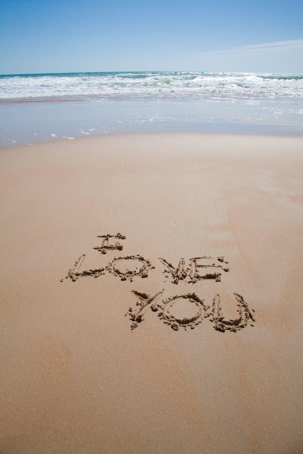 Eu te amo texto na praia fotografia de stock