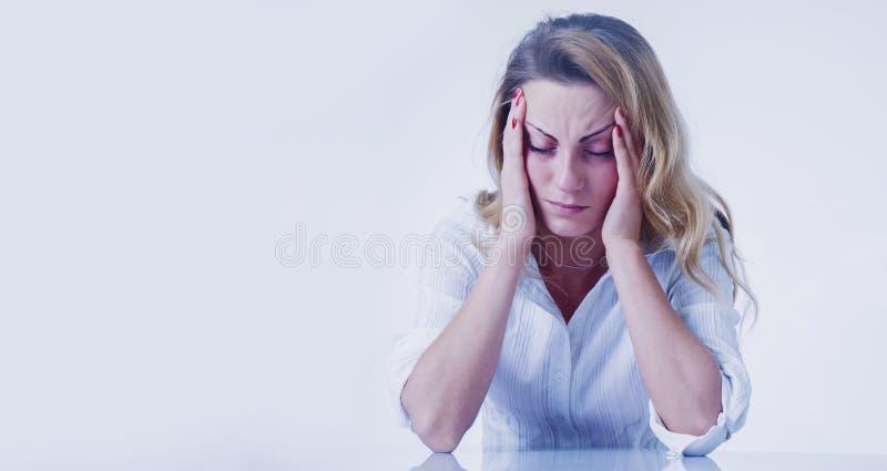 Eu tenho uma dor de cabeça para este trabalho Retrato do negócio deprimido w imagens de stock royalty free
