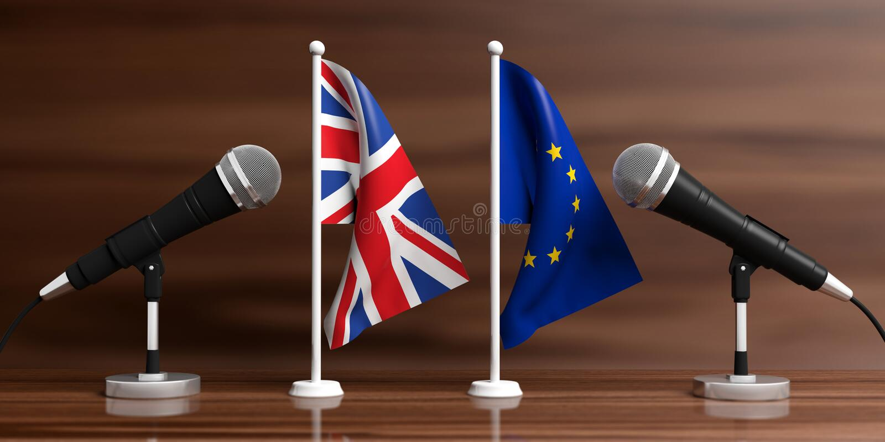 EU und BRITISCHE Miniaturflaggen Kabelmikrophone, hölzerner Hintergrund, Fahne Abbildung 3D stock abbildung