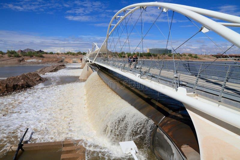 EUA, AZ/Tempe: Represa de borracha após chuvas torrenciais imagens de stock