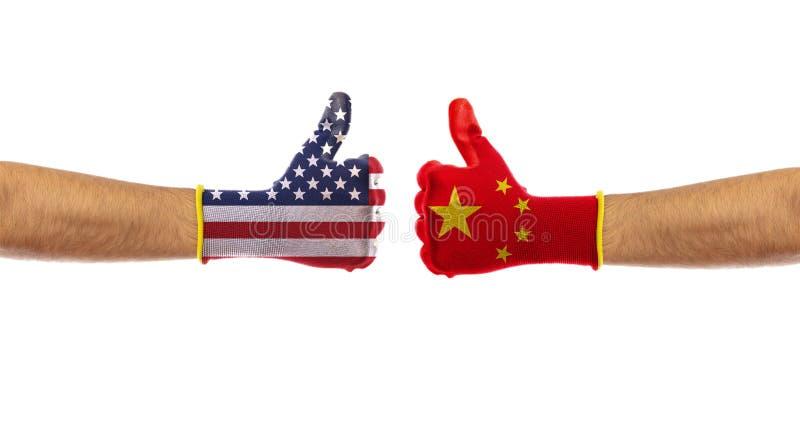EUA contra o conceito de China Os E.U. de América e de China embandeiram as luvas isoladas no fundo branco, trajeto de grampeamen foto de stock royalty free