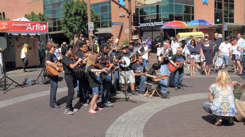EUA, o Arizona Tempe Art Festival: Músicos novos com instrumentos da corda fotos de stock royalty free
