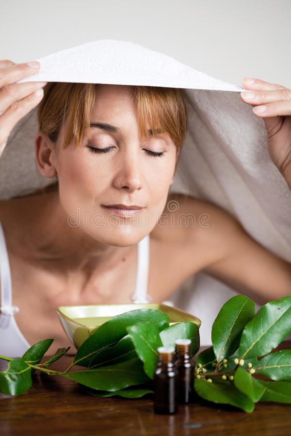 Eucalyptus de respiration de femme photo stock