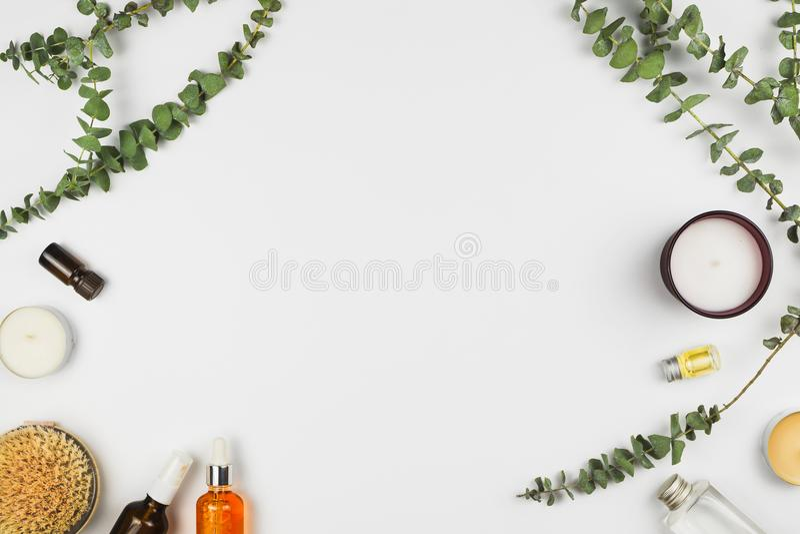 Eucalyptustakken, kaarsen, etherische olie, lichaamsborstel en diverse schoonheidsproducten stock fotografie