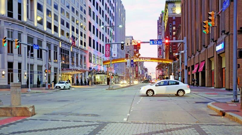 Euclid Avenue kijkt naar het westen van Playhouse Square in Cleveland, Ohio, VS royalty-vrije stock afbeelding