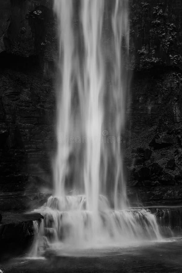 Euforisch gevoel van het zijn bij de basis van een machtige waterval stock afbeeldingen
