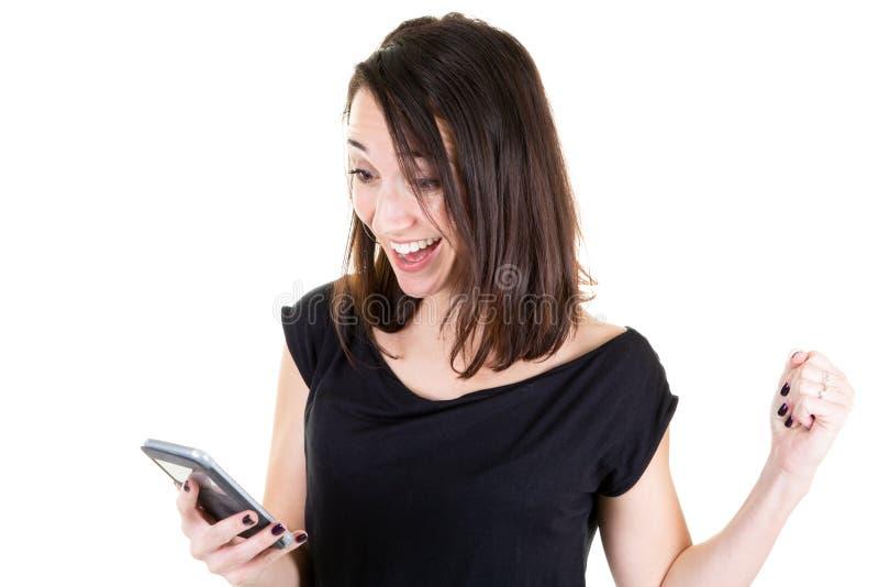 Euforisch portret van gelukkig mooi meisje die mobiele die smartphone houden op witte achtergrond wordt geïsoleerd royalty-vrije stock fotografie