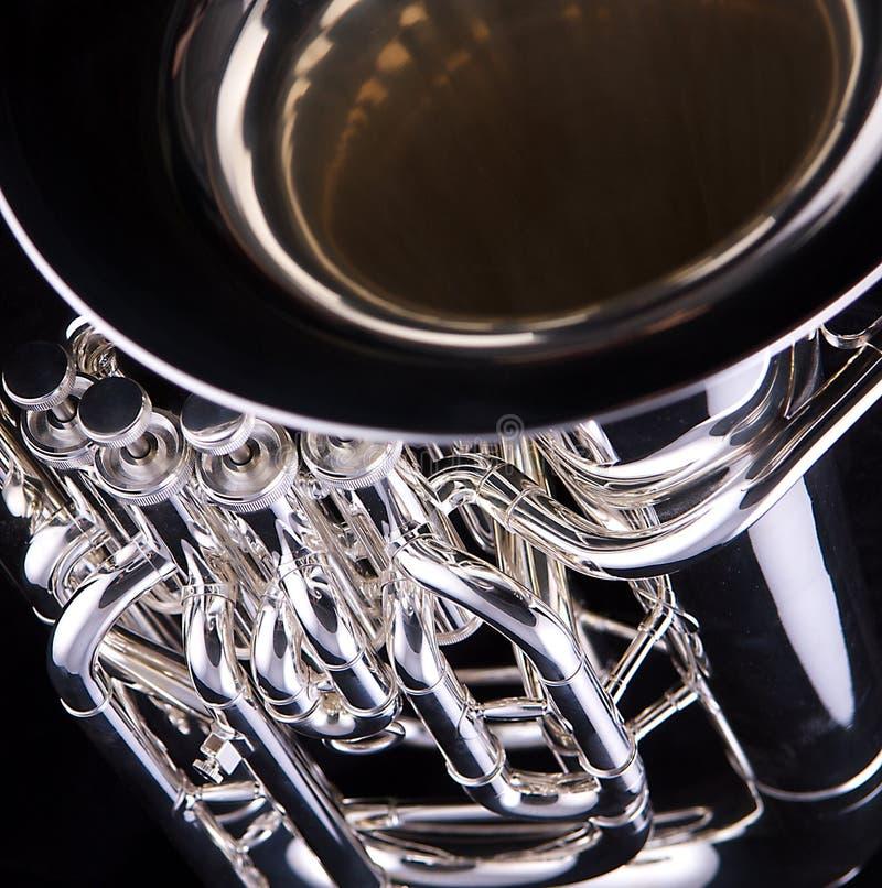 Euphonium argenté de Tuba sur le fond noir image stock