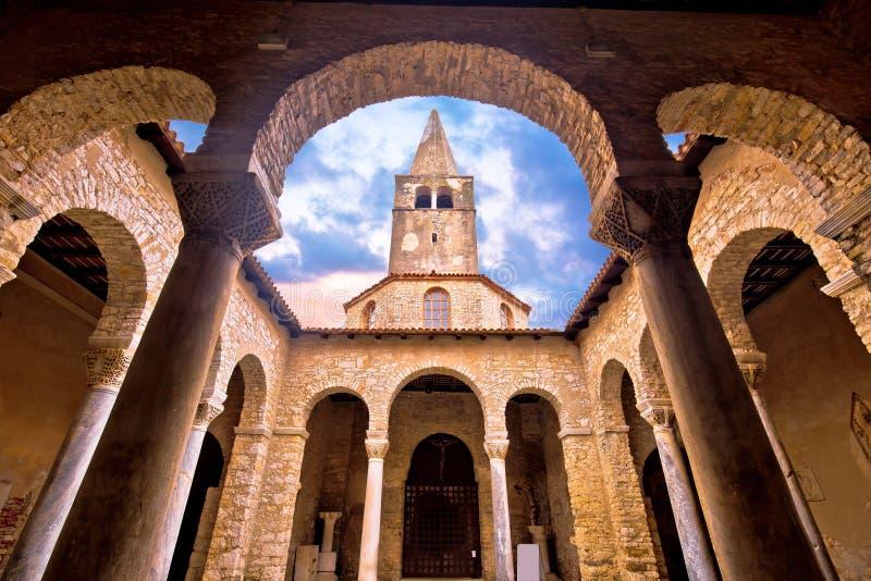 Euphrasian-Basilika in der Säulengang- und Turmansicht Porec lizenzfreie stockfotos