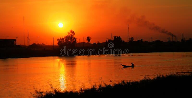 Euphrates River i den Nasiriyah staden, Irak royaltyfri fotografi