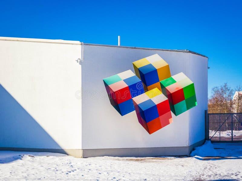 Eurêka de construction est centre finlandais de la science avec les cubes multicolores créant l'illusion optique photo libre de droits