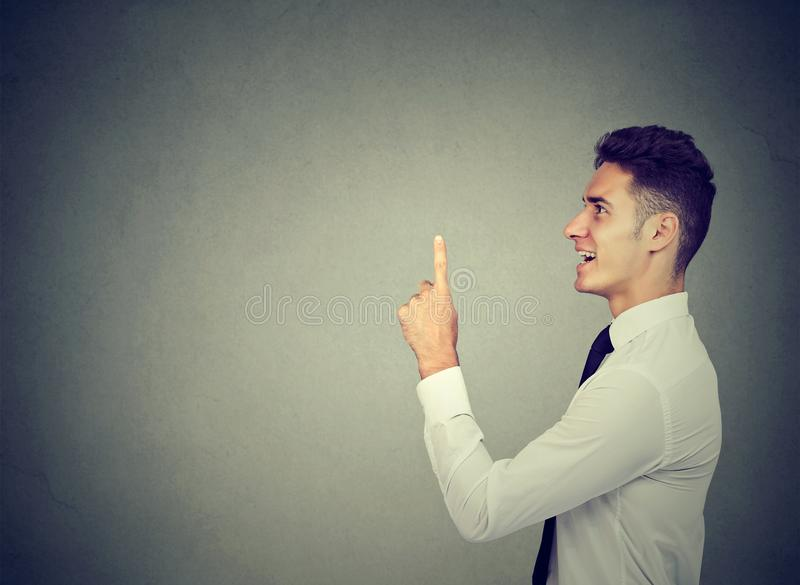 EUREKA! Νέο επιχειρησιακό άτομο με ένα δάχτυλο επάνω στοκ εικόνες