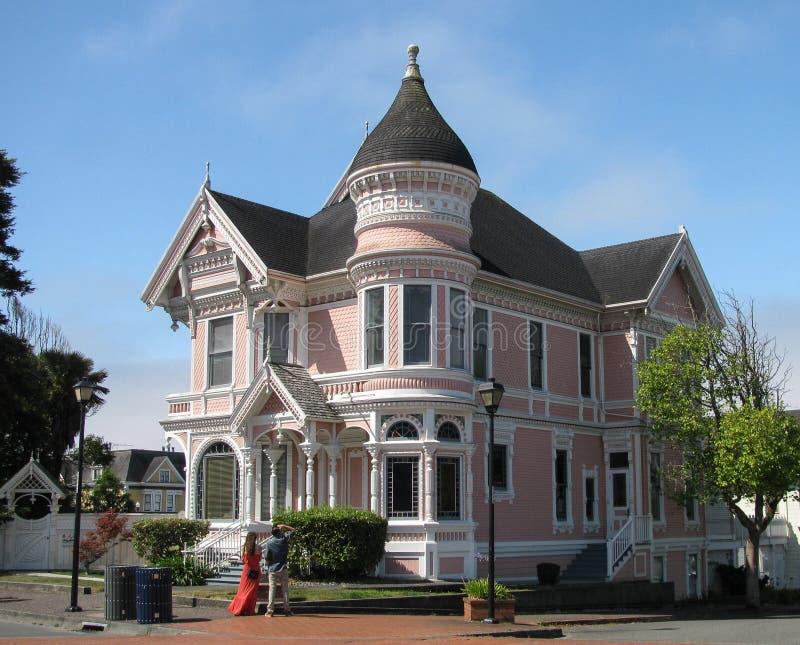 EUREKA, CA - 23 DE JULIO DE 2017: La señora rosada, un hogar victoriano histórico, es un destino turístico popular fotos de archivo libres de regalías