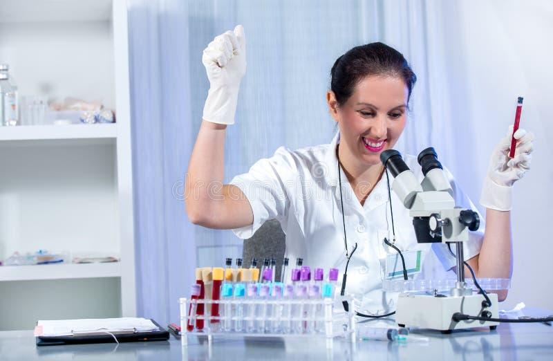 Eureka ! ! ! Jeune femme de scientifique travaillant au laboratoire image libre de droits