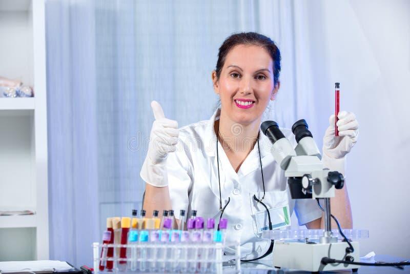 Eureka ! ! ! Jeune femme de scientifique travaillant au laboratoire photo libre de droits