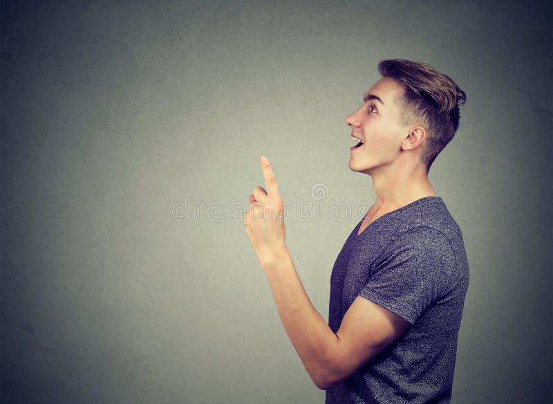 Eureka! Młody człowiek jest ubranym przypadkową drelichową koszula gestykuluje pomysł z jeden palcowy up zdjęcia royalty free