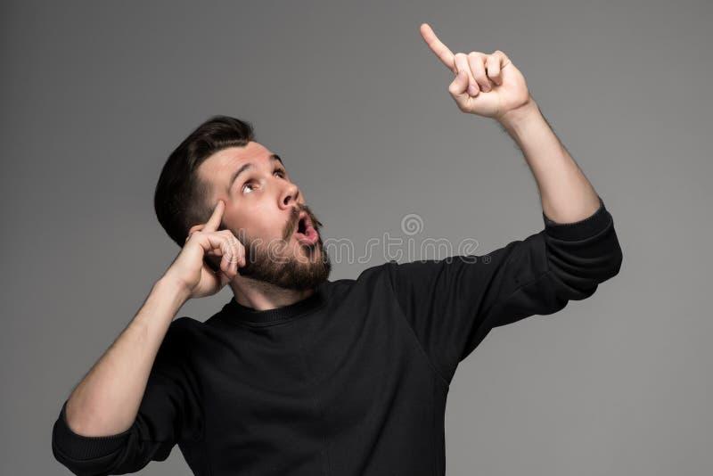 eureka Mann mit einer Idee, die seinen Finger in anhebt lizenzfreie stockfotos