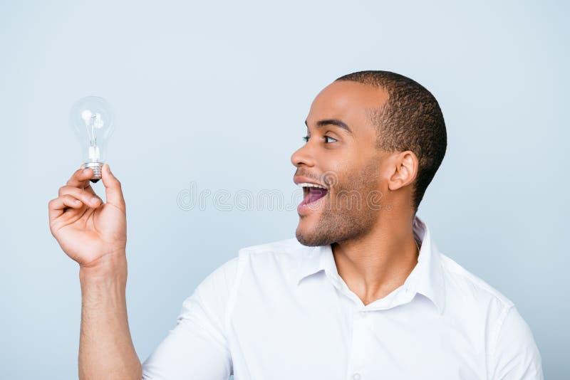 Eureka! Pomysł! Sukcesu pojęcie Młody afrykański uczeń jest zdjęcie stock