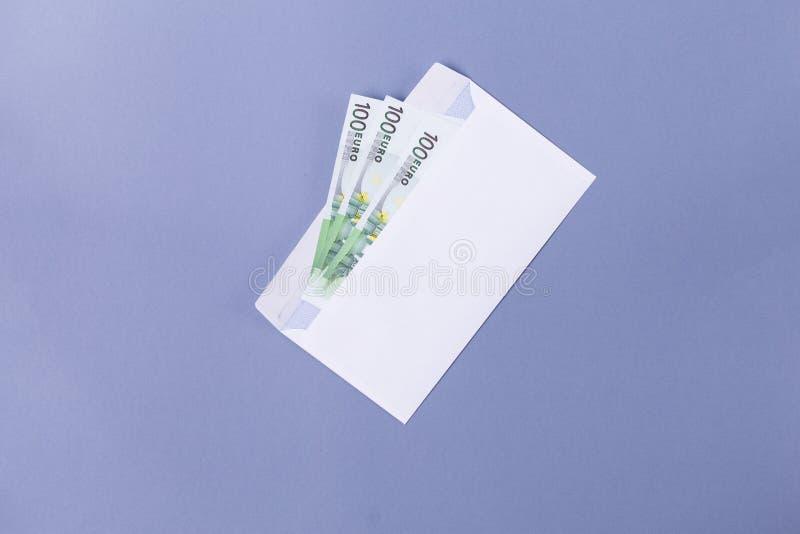 EURO- Anmerkungen in einem Umschlag auf einem blauen Hintergrund - Finanz-soncept lizenzfreie stockbilder