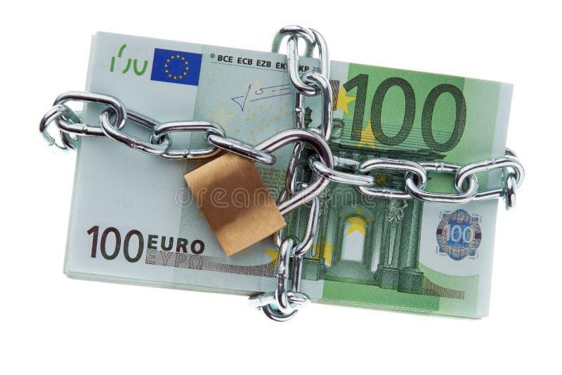 Euro banconote con una serratura e una catena. immagine stock libera da diritti