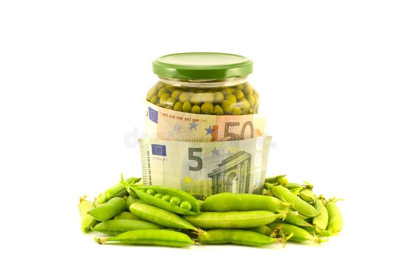 Euro banconote dei soldi e pisello conserva di vegetali fotografie stock