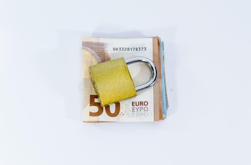 Euro banconote di valore dei soldi con il lucchetto, sistema di pagamento dell'Unione Europea immagine stock