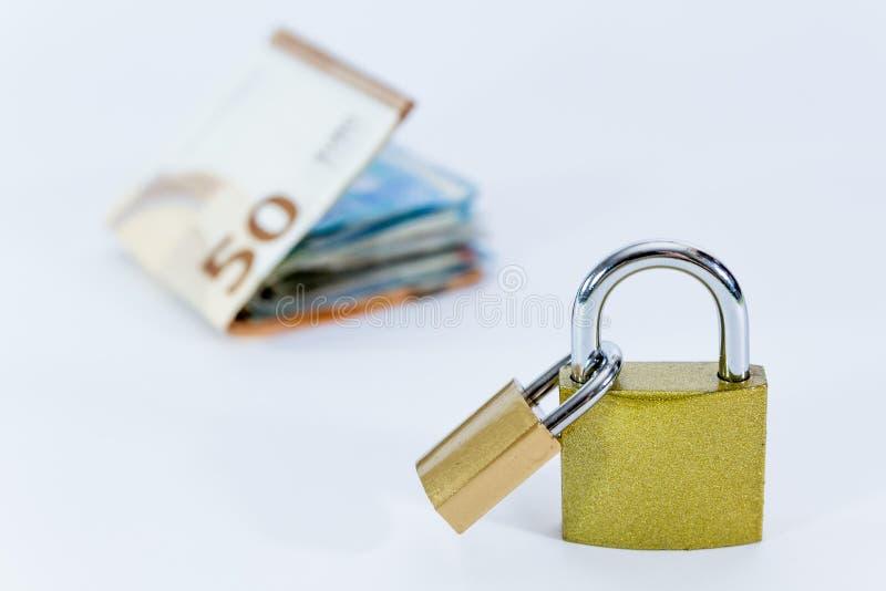 Euro banconote di valore dei soldi con il lucchetto, sistema di pagamento dell'Unione Europea immagine stock libera da diritti