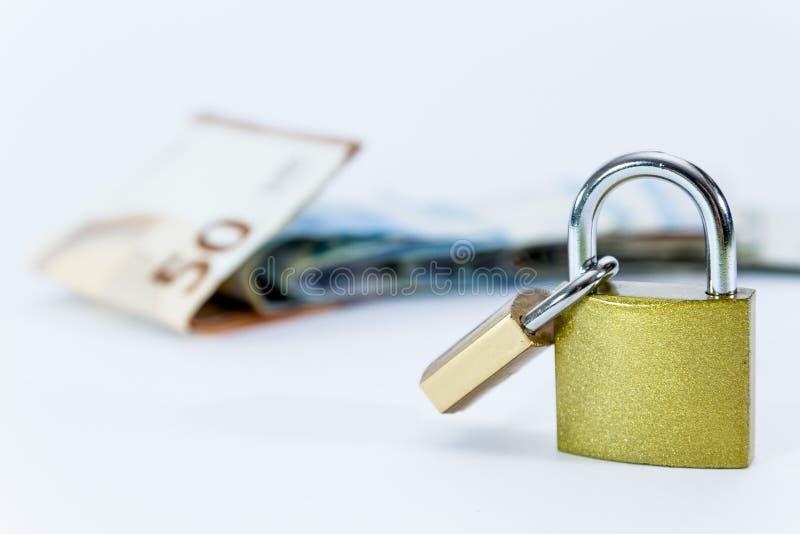 Euro banconote di valore dei soldi con il lucchetto, sistema di pagamento dell'Unione Europea fotografia stock