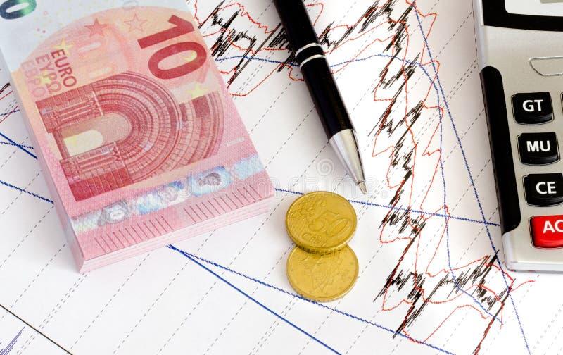 Euro banconote e monete dei soldi che contano con il calcolatore immagine stock