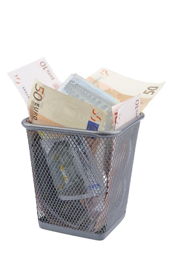 Euro bankbiljetten in Afvalbak stock foto