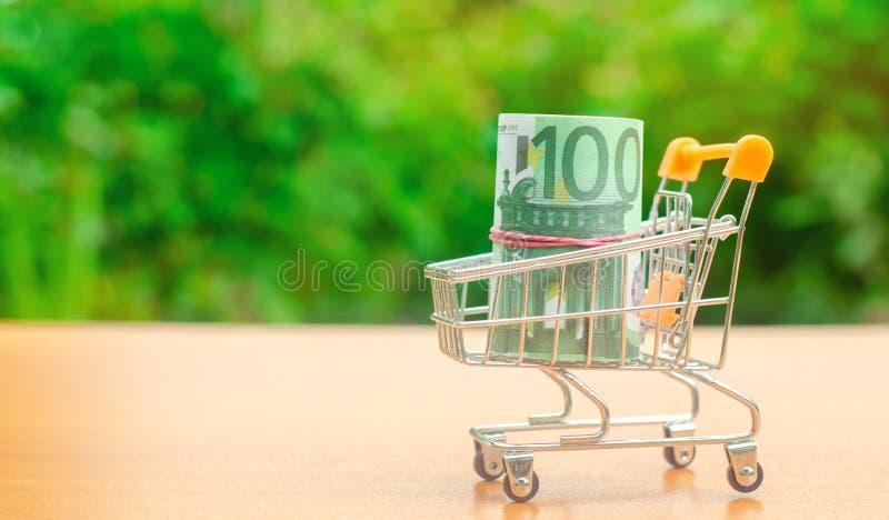 Euro bankbiljetten in een supermarktkarretje Geldbeheer Geldmarkt Verkoop, kortingen en lage prijzen Giftcertificaat voor royalty-vrije stock foto's