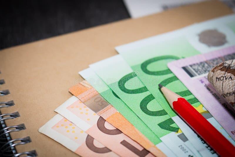 Euro bankbiljetten op blocnote Het geld is op de ambachtblocnote stock foto