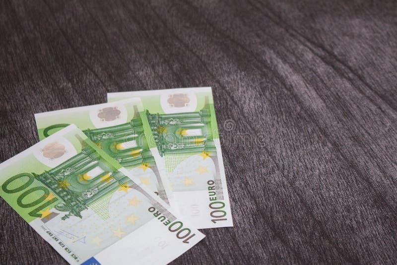 Euro bankbiljetten op donkere houten achtergrond royalty-vrije stock fotografie