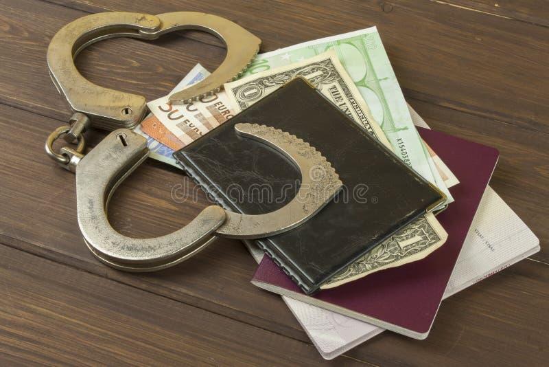Euro bankbiljetten op een houten lijst royalty-vrije stock foto's