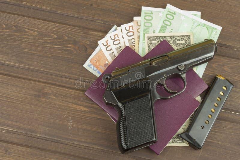 Euro bankbiljetten op een houten lijst stock afbeelding
