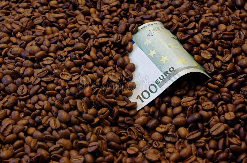 100 euro banknot w piec kawowych fasolach zdjęcia royalty free