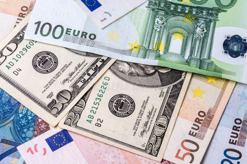 Euro banknoty i Amerykańscy dolary rachunków różnorodni wyznania w górę zdjęcia stock