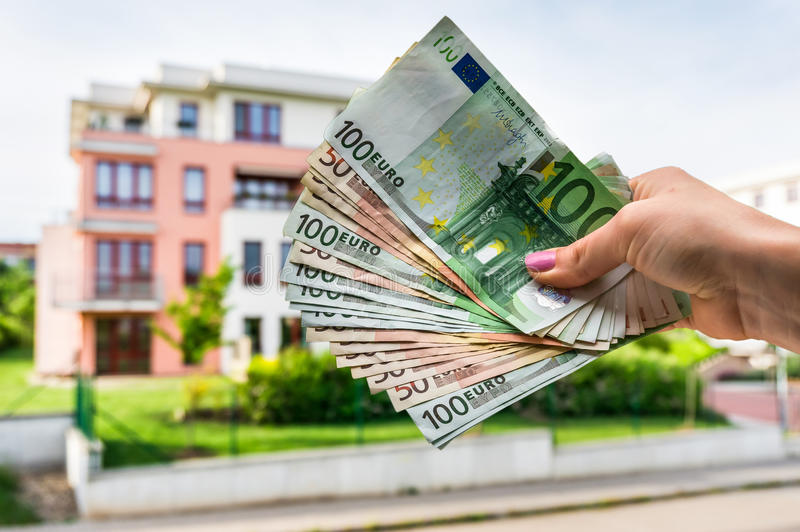 Euro banknoty i kupować pięknego dom od nieruchomości agenc fotografia royalty free