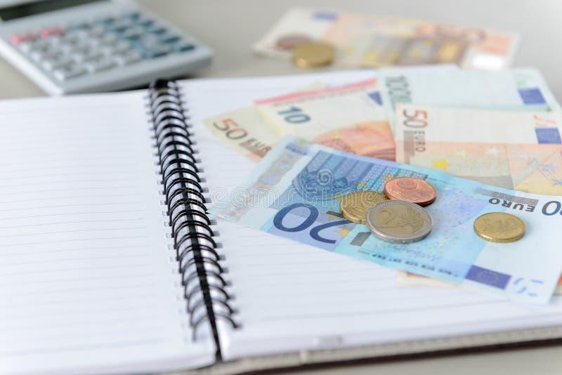 Euro banknoty i monety liczy z kalkulatorem, nutowy bo fotografia royalty free